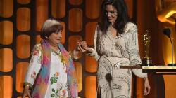 Agnès Varda danse avec Angelina Jolie pour fêter son Oscar