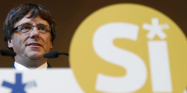 El presidente de la Generalitat, Carles Puigdemont, esta tarde durante su intervención en un acto del PDeCAT en el Casino del Centre de L'Hospitalet.