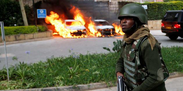 Un policier sur le lieu de l'attaque à Nairobi, ce 15 janvier.
