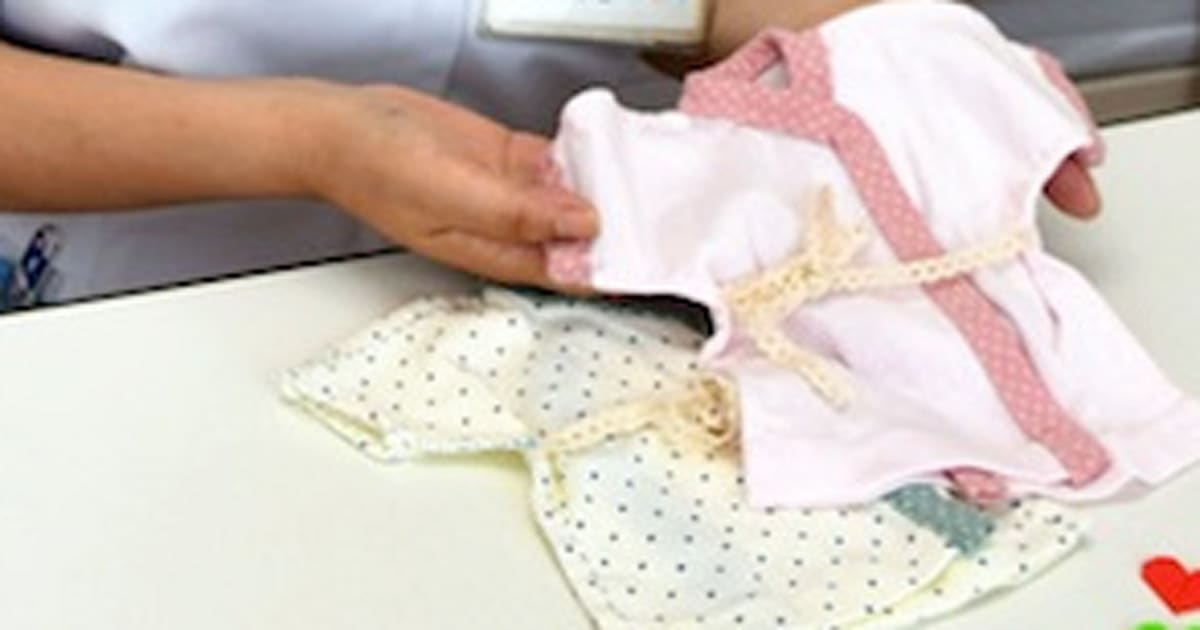 baf919afe36c9 助産師の浅野智恵(ともえ)さん(48)が、流産や死産の赤ちゃんに着せるために小さめの服を手作りして家族に贈る活動を続けている。自身も死産の経験があり、子を  ...