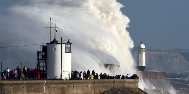 Las olas chocas contra el faro de Porthcawl, en Gales, el pasado día 16.