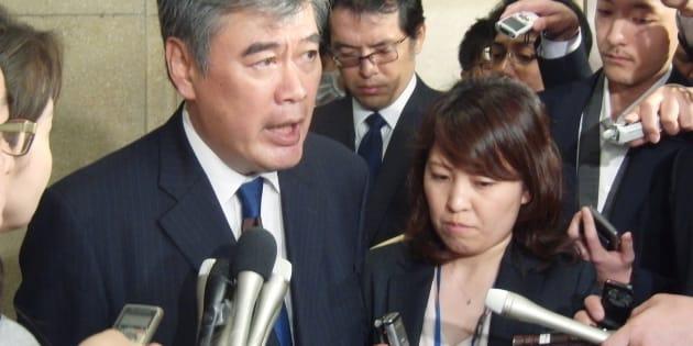 記者団の取材に応じる福田淳一財務事務次官(左)=18日、財務省