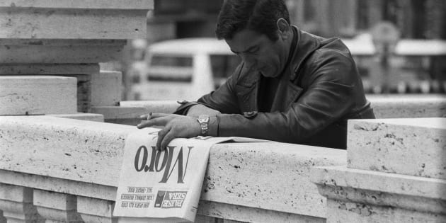Un italien lit le journal le lendemain de l'assassinat de Aldo Moro par les Brigades Rouges le 10 mai 1978 �Rome, Italie. (Photo by Gianni GIANSANTI/Gamma-Rapho via Getty Images)