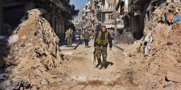 """Grâce à ses récents succès, dont la reprise d'Alep - ici le 9 décembre - Bachar al-Assad remet la main sur la """"Syrie utile""""."""