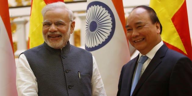 India's Prime Minister Narendra Modi (L) and his Vietnamese counterpart Nguyen Xuan Phuc.