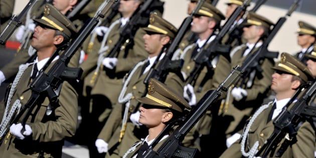 Un grupo de soldados españoles, entre ellos una mujer, durante el desfile del 12 de octubre de 2010, en Madrid.