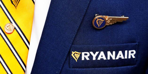 El logotipo de Ryanair, en el uniforme de un miembro de su personal de cabina fotografiado en Bruselas.