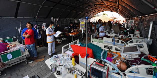 被災地に設けられた野外治療施設には、多くの被災者が収容されていた=8月6日、インドネシア・ロンボク島