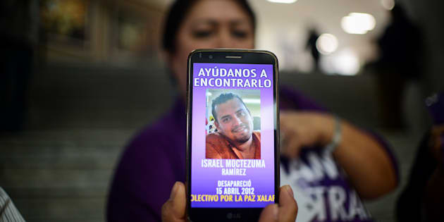 Integrantes de colectivos de personas desaparecidas protestaron contra el fiscal veracruzano Jorge Jorge Winckler.