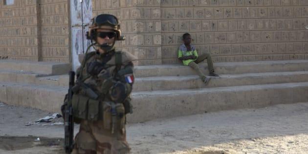 Un soldat français participant à l'opération Barkhane patrouille à Tombouctou, au Mali, en novembre 2014