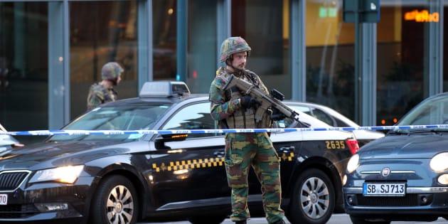Bruxelles, uomo armato di coltello attacca soldati: ucciso