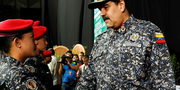 Maduro saluda este jueves a policías recién graduados.