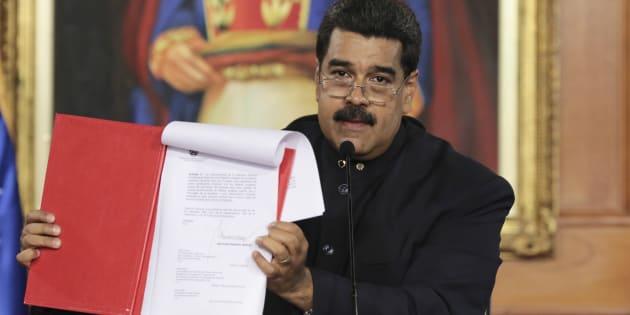 El presidente de Venezuela, Nicolás Maduro, muestra el documento del decreto que llama a la Asamblea Constituyente.