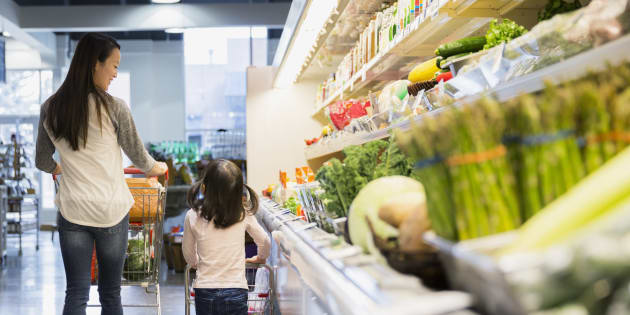 Une mère et sa fille dans un supermarché.