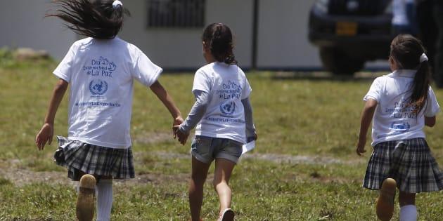 Unas niñas vestidas con camisetas de la ONU por el Día Internacional de la Paz. EFE/Luis Eduardo Noriega A.