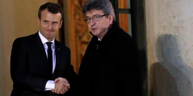 Macron et Mélenchon s'invectivent à 17.000 kilomètres l'un de l'autre.
