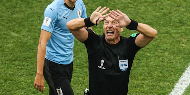 Match France-Uruguay à la Coupe du Monde 2018: L'arbitre Nestor Pitana ne sanctionne pas assez au goût des internautes (mais il gesticule beaucoup)