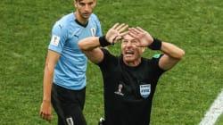L'arbitre de France-Uruguay gesticule beaucoup (mais ne sanctionne pas