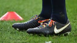 Le XV de France en lacets arc-en-ciel suite à l'agression homophobe visant Gareth