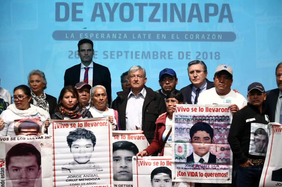 El presidente electo Andrés Manuel López Obrador se reunión con las madres y los padres de los 43 normalistas de Ayotizinapa en el Museo de Memoria y Tolerancia en CDMX.
