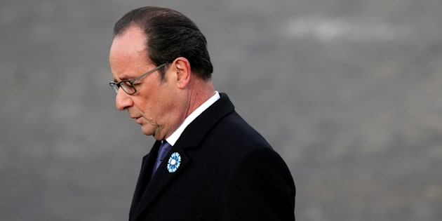 Francois Hollande se recueille lors d'une commémoration de l'armistrice à Paris le 11 novembre 2016. REUTERS/Christian Hartmann