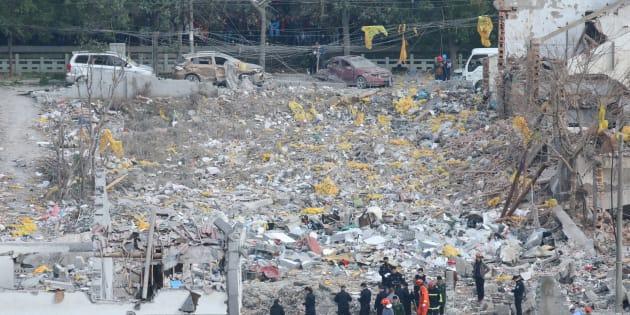 Des secouristes sur le site de l'explosion à Ningbo, en Chine, le 26 novembre.