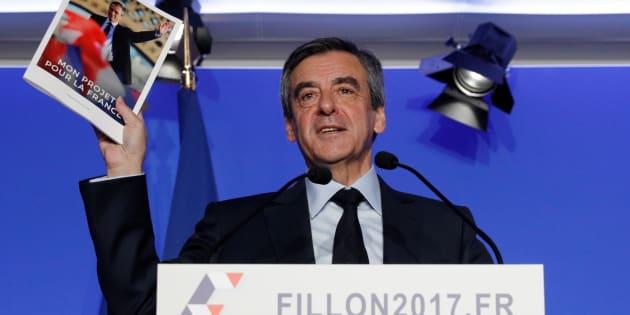 François Fillon brandissant son programme le 13 mars 2017.