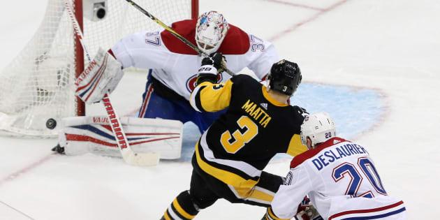 Antti Niemi (37) bloque un tir du défenseur des Penguins Olli Maatta (3).