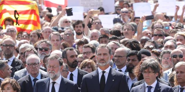 Os espanhóis se reuniram na Praça de Catalunha, que fica em Las Ramblas, junto com o rei Felipe VI, o chefe de governo Mariano Rajoy, o presidente catalão, Carles Puigdemont, e a prefeita Ada Colau.