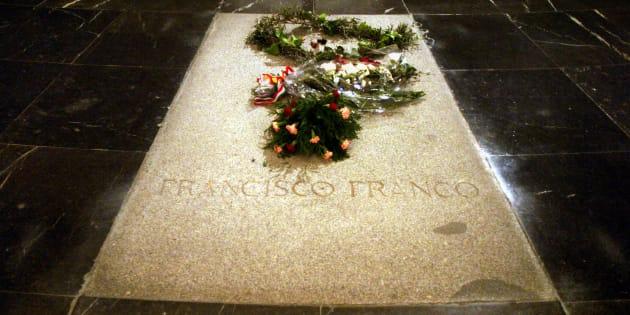 La tumba de Francisco Franco, con flores en su recuerdo, durante el 30 aniversario de su muerte, en 2005.