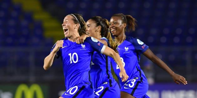 Camille Abily vient d'offrir l'égalisation à l'équipe de France contre la Suisse à Breda le 26 juillet 2017.