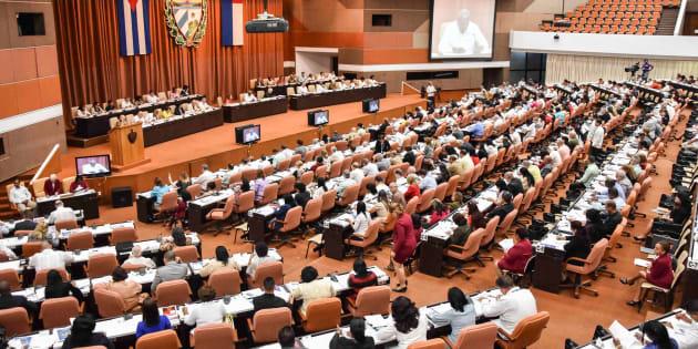La Asamblea Nacional de Cuba celebra una sesión para presentar el nuevo Consejo de Ministros y discutir el borrador de 224 artículos preparado por un comité parlamentario encabezado por el ex presidente cubano Raúl Castro y el actual presidente Miguel Díaz-Canel, en el Palacio de Convenciones de La Habana.