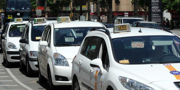 Taxis esperan en Palma de Mallorca a que lleguen clientes.