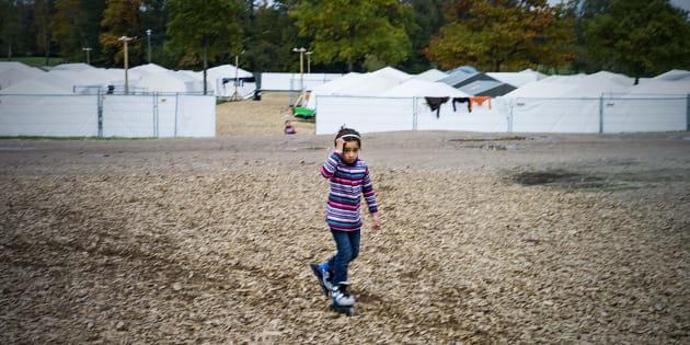 Una niña siria camina por el campo de refugiados de Celle, en Alemania, en una imagen de octubre de 2015.