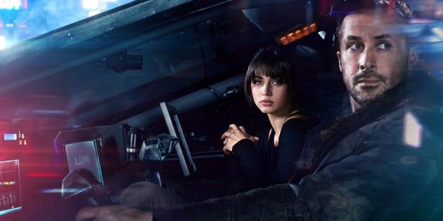 Ryan Gosling (à direita) e Ana de Armas protagonizam Blade Runner 2049, o novo filme da franquia.