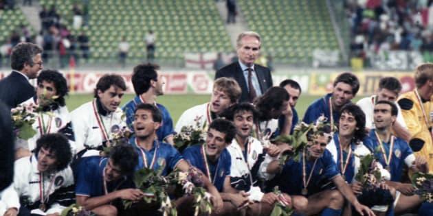 La nazionale italiana allenata da Azeglio Vicini festeggia allo stadio San Nicola di Bari il terzo posto ai Mondiali di Italia '90 dopo la vittoria per 2-1 contro l'Inghilterra, 7 luglio 1990.