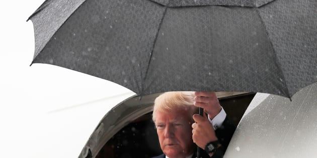 Donald Trump sortant de son Air Force One sous la pluie à Dallas en mai 2018 (photo d'illustration)