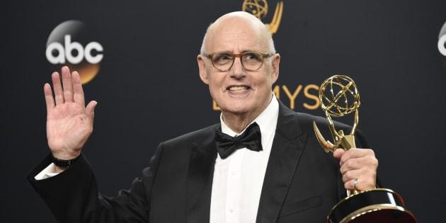 Jeffrey Tambor posa con su Emmy al Mejor actor protagonista en comedia por 'Transparent' en la 68ª edición de los premios el 18 de septiembre de 2016.