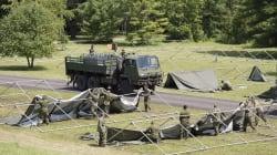 Les Forces armées canadiennes aménagent un camp de réfugiés à la