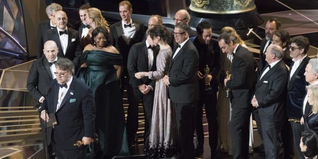 El director Guillermo del Toro, junto al equipo de la película 'La forma del agua'.