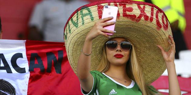 Una fan de México posa para una selfie antes del partido de la quinta ronda entre Trinidad y Tobago y México como parte de las eliminatorias de la Copa Mundial de la FIFA 2018.