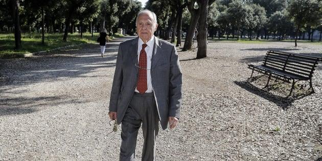 In un'immagine esclusiva dell'ANSA Paolo Savona passeggia a Villa Borghese, Roma, 25 maggio 2018. ANSA/RICCARDO ANTIMIANI