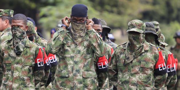 Imagen de archivo de un grupo de miembros del ELN tras desertar de la guerrilla y entregarse a las autoridades colombianas en 2016.