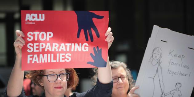Manifestantes protestan contra la política de administración de Trump que permite a los agentes federales para separar a los niños migrantes indocumentados de sus padres en la frontera el 5 de junio de 2018 en Chicago, Illinois.