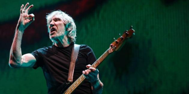 Roger Waters, ex bassista e cantante dei Pink Floyd, durante un concerto a Los Angeles