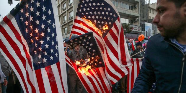 Les Iraniens brûlent les drapeaux américains lors d'une cérémonie marquant le 40e anniversaire de la révolution islamique à Téhéran (Iran), le 11 février 2019.