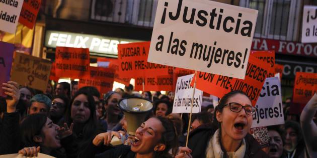 Un grupo de manifestantes en apoyo de la víctima de La Manada de Pamplona, el pasado 17 de noviembre, en Madrid.
