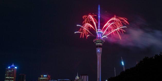 Des feux d'artifice ont été lancés de la Sky Tower à Auckland, en Nouvelle-Zélande.