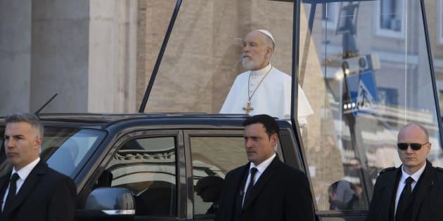 """John Malkovich sulla Papamobile per le riprese di """"The New Pope"""""""