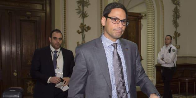 George Tsantrizos (gauche) marche derrière son patron Gerry Sklavounos (droite) à l'Assemblée nationale.